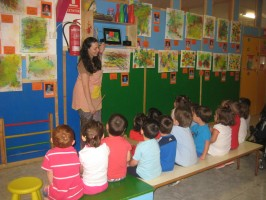 Alumnos de la Escuela Infantil 'Peques' atienden a su profesora. / a. contreras