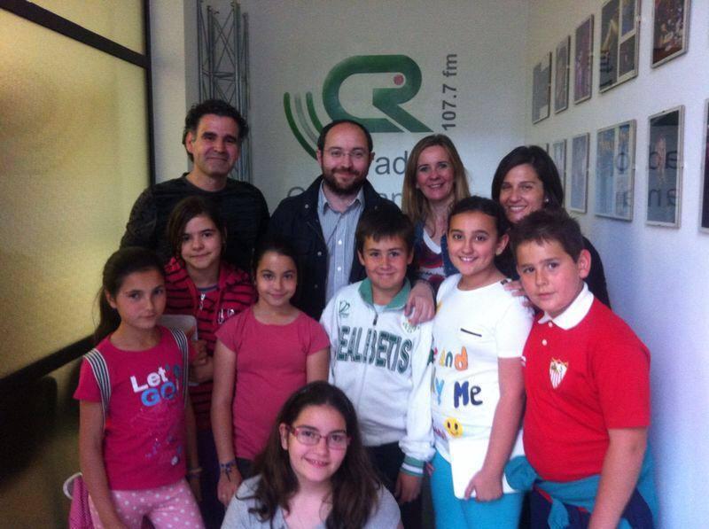 Los protagonistas de esta iniciativa, jóvenes locutores de radio, junto a los profesores que participan en el programa.