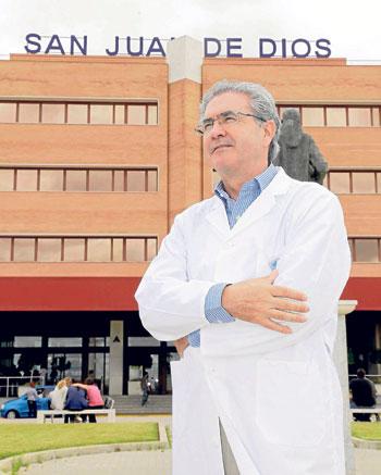 Joseba Barroeta posa a las puertas del Hospital San Juan de Dios del Aljarafe. / Jose Luis Montero.