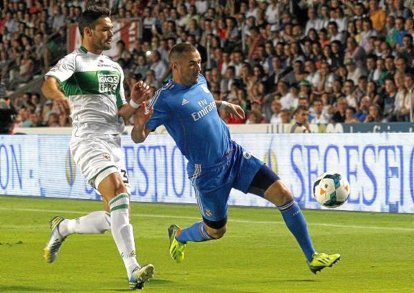 Botía, con Benzema, en un Elche-Real Madrid.