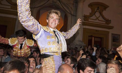 Borja Jiménez y José Garrido, a hombros para salir por la Puerta del Príncipe. / J.M. Paisano