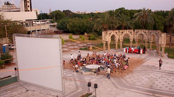El original cine de verano de la Fundación Tres Culturas, en los llamados Jardines Andaluces del Pabellón de Marruecos de la Expo 92. / El Correo