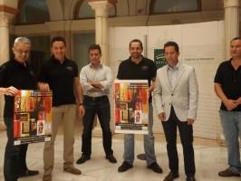 Representantes de la Asociación R.U.T.A, el alcalde, Antonio Manuel Pérez, y el pintor local Ángel de Cáceres.