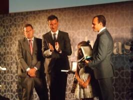 El alcalde, Antonio Valverde, hizo entrega de sendas medallas a los presidentes de las dos bandas, Agustín López y Francisco Manuel Fraile. Foto: A. P.