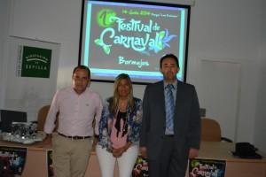 El concejal de Turismo, Javier Castro, la alcaldesa de Bormujos, Ana Hermoso, y el responsable de Carnaval Club, Juanjo Macías.