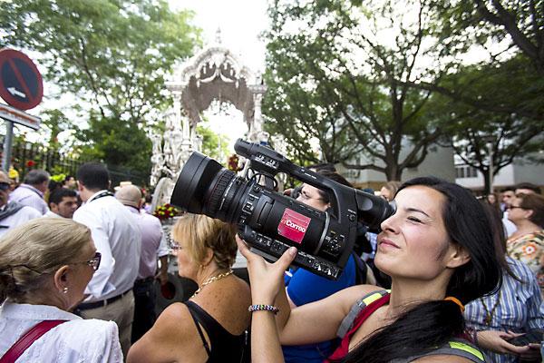 Las cámaras de El Correo llevan a los hogares la romería. / Carlos Hernández