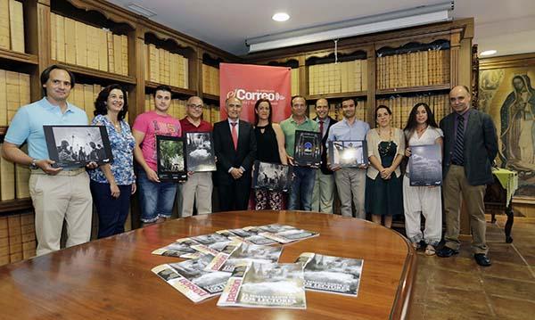 Los ganadores del VIII Concurso Fotocofrade MP7  con el director de El Correo, la directora comercial, el gerente, el subdirector y la coordinadora de MP7 ayer en la hemeroteca del periódico. / José Luis Montero