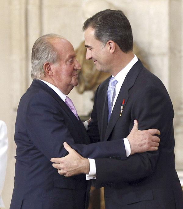 El Rey Juan Carlos abraza al Príncipe de Asturias, Felipe de Borbón, tras firmar esta tarde la ley orgánica que hará efectiva a medianoche su abdicación, en una solemne ceremonia celebrada en el Salón de Columnas del Palacio Real. EFE/Juan Carlos Hidalgo