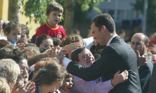 Felipe de Borbón saluda a los sevillanos en 2002, a la salida de la Catedral. / Efe