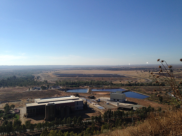 Planta industrial aún abandonada de la mina de Aznalcóllar. / EL CORREO