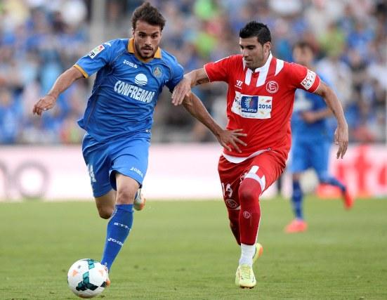 Pedro León y José Antonio Reyes, durante el partido de Liga disputado la temporada pasada en Getafe. / Juan Aguado.