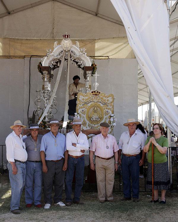 Los fundadores Bruno, Antonio, Santiago, Francisco, Gregorio, Toribio y Mercedes, ante el Simpecado. / José Luis Montero