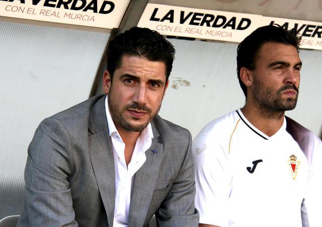 Miguel Ángel Baltanás (derecha), sentado junto a Julio Velázquez en el banquillo del Murcia.