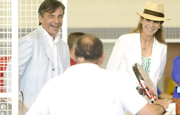 Emilio Sánchez-Vicario y la Infanta Elena se interesaron por las actividades de los grupos de la escuela Pádel Integra. / Raúl Caro (EFE)