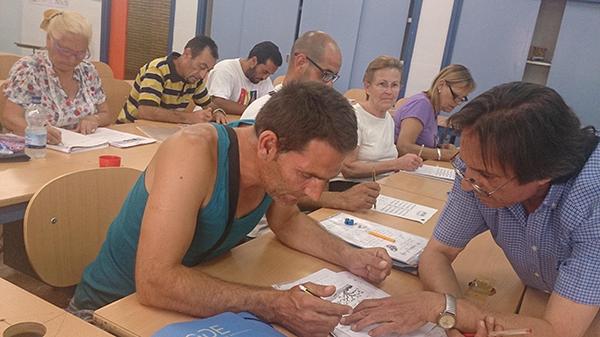 El centro de adultos del Polígono Sur presta especial atención a los colectivos en riesgo de exclusión social, como la población gitana y la inmigrante.