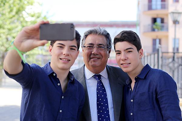 El alcalde presentó la campaña turística de verano junto al dúo juvenil Gemeliers. / Pepo Herrera