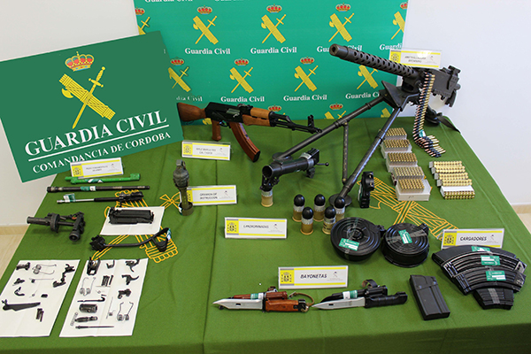 Las armas incautadas por la Guardia Civil en el domicilio del detenido. / El Correo
