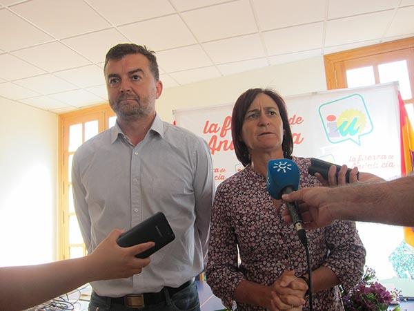 El coordinador regional de IU, Antonio Maíllo, y su homóloga en Almería, Rosalía Martín, ayer tras el consejo provincial. / e. p.