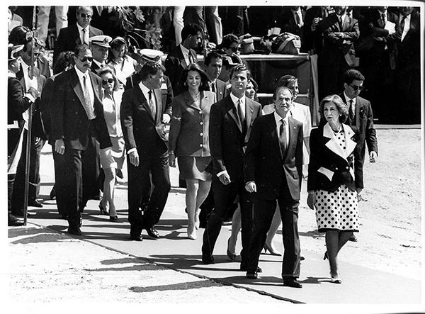 Los reyes Juan Carlos y Sofía, con sus hijos, encabezando la comitiva de autoridades en la jornada inaugural de la Expo 92 en la isla de la Cartuja. / El Correo