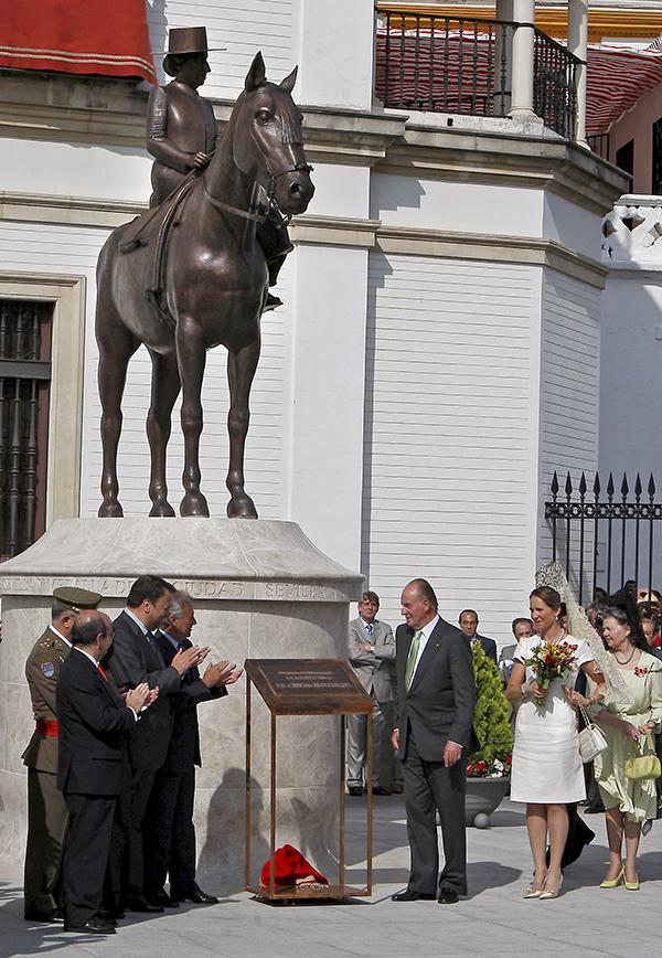 Inauguración de la estatua de la madre del Rey, en mayo de 2008.