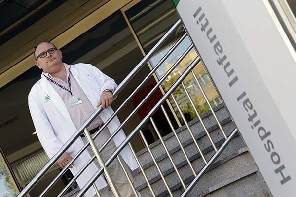 El doctor David Farrington, a las puertas del hospital infantil del Virgen del Rocío de Sevilla. / JOSÉ LUIS MONTERO