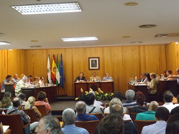 El Pleno municipal de Mairena del Aljarafe debatió, entre otros puntos, solicitar la suspensión de la orden de Fomento y el futuro del colegio mayor Rodrigo de Maese. / A. P.