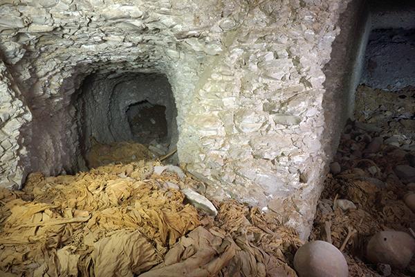 La tumba cuenta con dos galerías de unos 20 metros formando un ángulo que conducen a la cámara funeraria. / El Correo