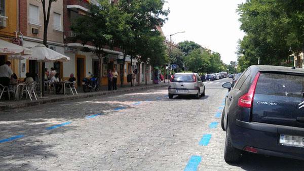 En la calle Rafael Salgado, al igual que en muchas zonas de Pirotecnia y Nervión, la zona azul se quedó vacía. / J. B.