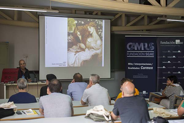El profesor Martínez Montiel se dirige a los participantes del campus sobre el mito de Carmen. / J. M. Paisano