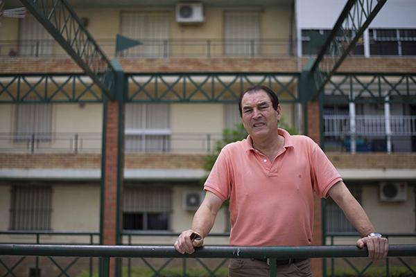 El presidente de la asociación vecinal Antonio Machado, Manuel López, en una de las calles de Alcosa. / J.M. Paisano