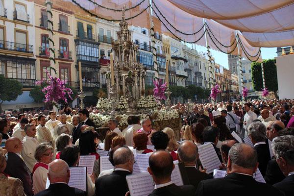 La custodia de Arfe recorre la Plaza de San Francisco en la procesión del pasado año. / José Carlos Cruz