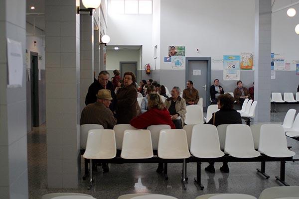Pacientes esperan para ser atendidos en un centro de salud, en una imagen de archivo. / Carlos Díaz