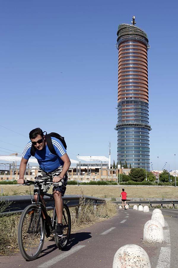 La torre Pelli, con más de la mitad de su fachada con los parasoles color terracota ya instalados. / José Luis Montero