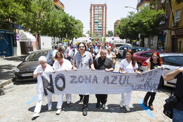 Vecinos, comerciantes, trabajadores del Hospital Virgen del Rocío y Vovis se manifestaron contra la zona azul en Bami. / Carlos Hernández