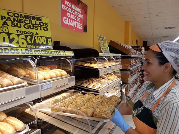 María José Molina, trabajadora de la sección de horno en el supermercado de Parque Guadaíra, en Alcalá de Guadaíra. / El Correo