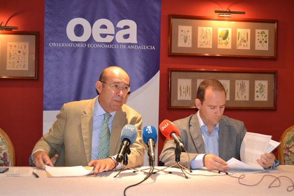 Francisco Ferraro y el profesor de la UPO José Ignacio García Pérez, ayer en el Club Antares de Sevilla. / EL CORREO