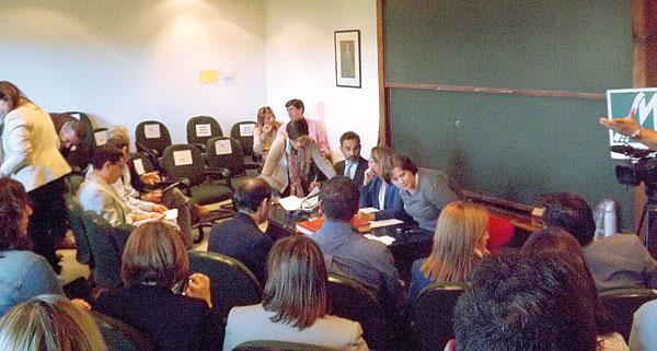 Momento del pleno del pasado 22 de abril donde se decidió la disolución definitiva de la Mancomunidad del Bajo Guadalquivir. / A.P.