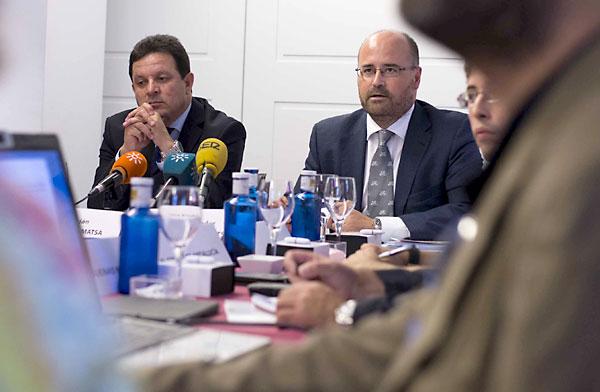 El director general de Matsa, Alonso Luján; junto al máximo responsable financiero, Carlos Fernández, ayer durante el encuentro con la prensa. / J. M. Paisano