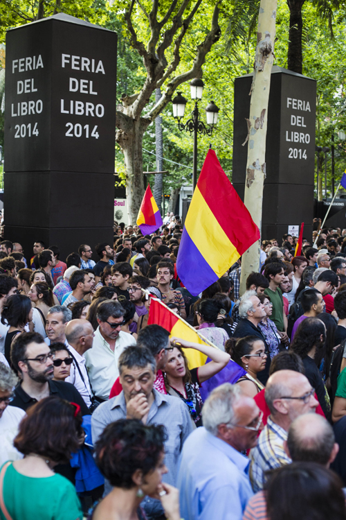 Manifestación en la plaza nueva pidiendo un referéndum sobre la monarquía, tras la abdicacion del Rey. / Carlos Hernández