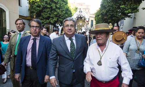 Salida de la Hermandad del Rocio de la Macarena. En la imagen el alcalde, Juan Ignacio Zoido, junto al concejal de Fiestas Mayores, Gregorio Serrano. Foto: Carlos Hernandez