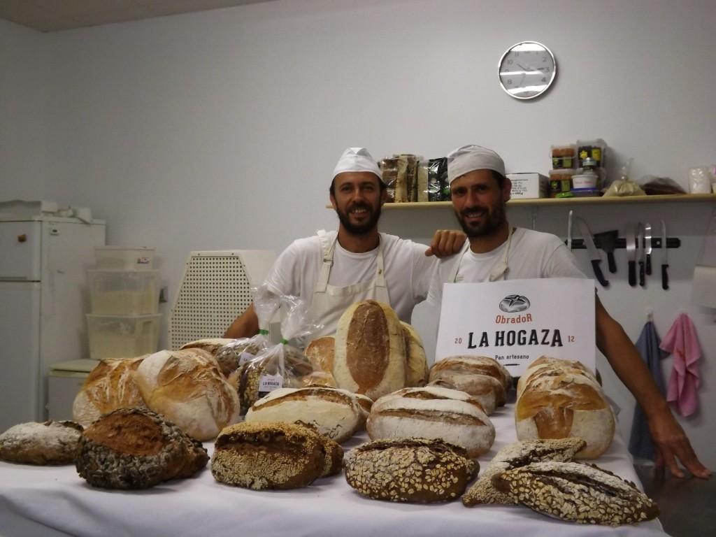 anuel Ruiz y Sergi Arnán detrás de la mesa con su amplia variedad de productos. Foto: Alba Poveda