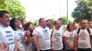 Alcaldes de la comarca de la Sierra Sur y portavoces de la plataforma ciudadana, en la concentración de ayer. Foto: Helena Peña