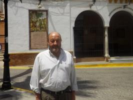 José Solís de la Rosa (PSOE), delante del Ayuntamiento de Villamanrique. Foto: Alba Poveda