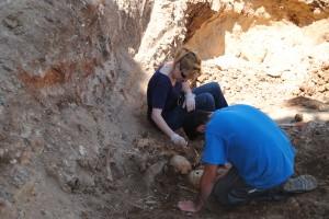Imagen de las excavaciones recuperadas recientemente en la fosa 'El Carnero' de La Puebla de Cazalla. Foto: El Correo