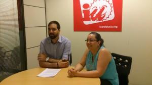 Fran García y Lola Palacios, de IU, durante la rueda de prensa de ayer. Foto: H. Peña