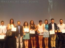 Los galardonados, junto al alcalde, Francisco Toajas, y la concejal de Juventud, Margaret Guerrero. Foto: El Correo