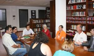 La comisión, reunida con el alcalde tras el anuncio del delegado provincial. Foto: M.I.