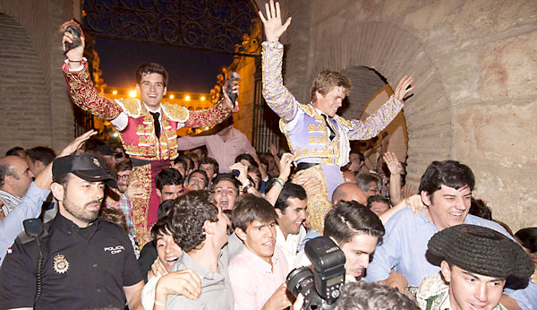 José Garrido y Borja Jiménez abriendo la Puerta del Príncipe el pasado 1 de junio. / J.M.Paisano