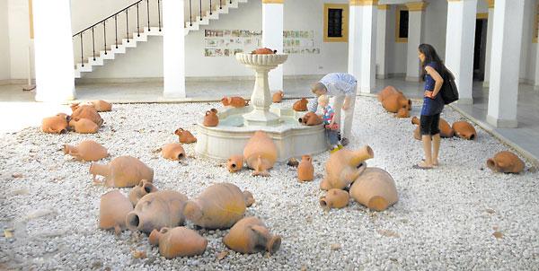 El original patio interior del Pabellón de Estados Unidos en la Exposición Iberoamericana de Sevilla de 1929, alrededor del cual se articulan las salas con las colecciones artísticas. / Fotos: C.R.