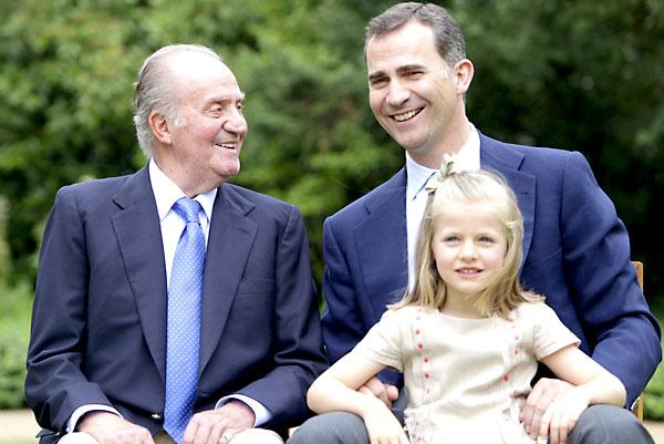 Don Juan Carlos pronunció su discurso de abdicación con esta foto sobre la mesa, en la que se puede ver a su hijo, Felipe, y la primogénita de éste. / EFE